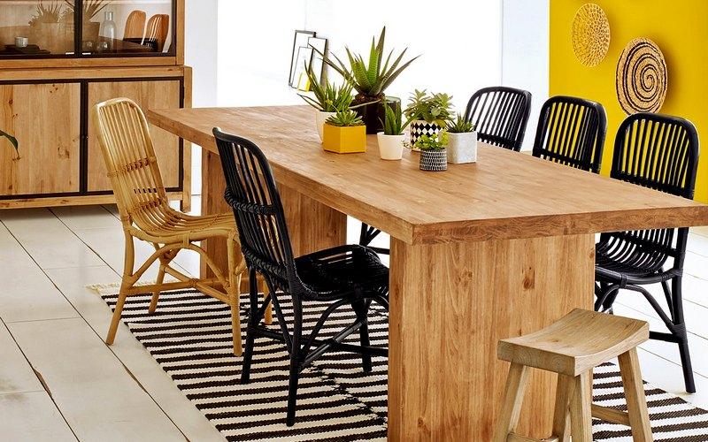 обеденный стол из сосны на кухне