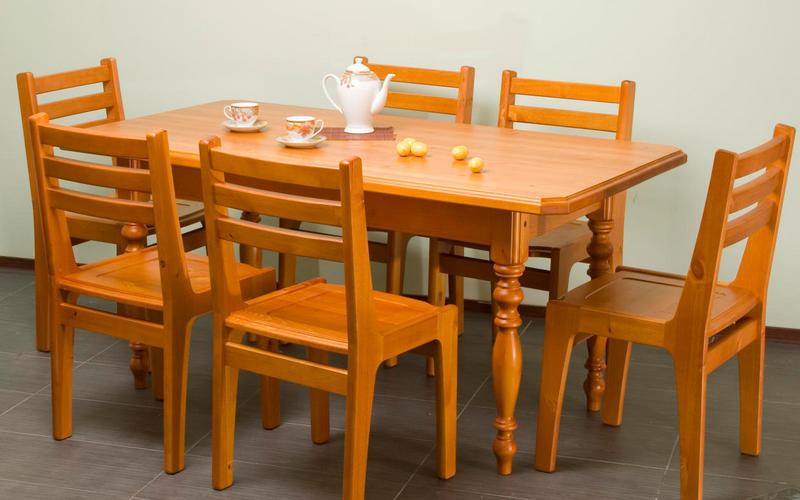 красивый обеденный стол из сосны