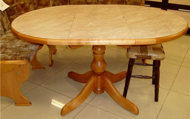 обеденный стол из березы на кухне