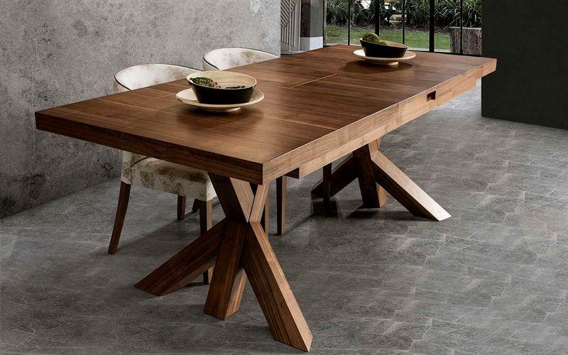 дубовый обеденный стол на кухне