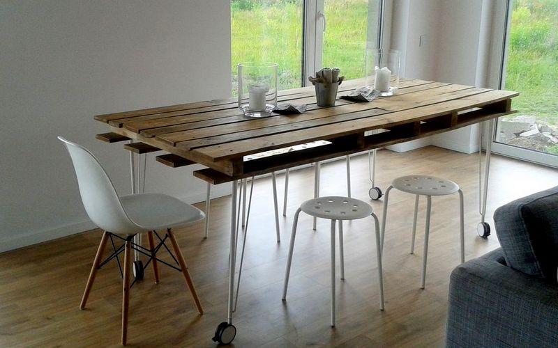 красивый обеденный стол из поддонов
