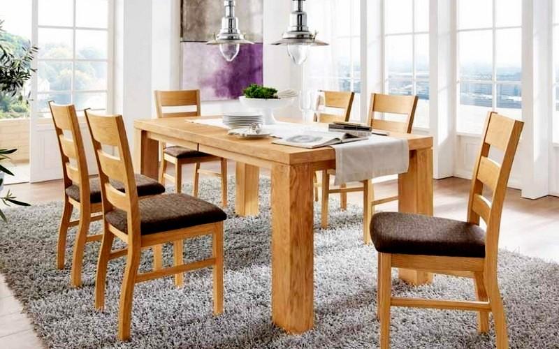 красивый стол из древесины на кухне