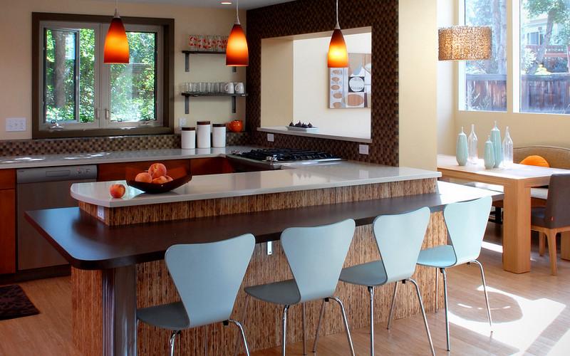 барная стойка и обеденный стол на одной кухне