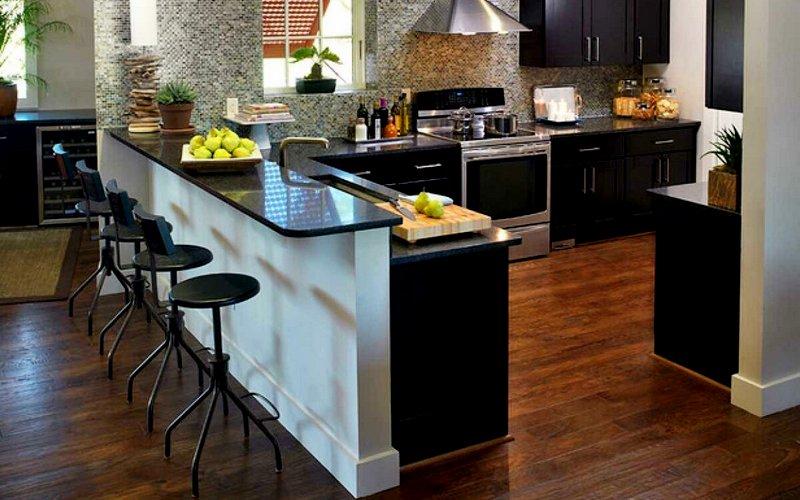 фото темной барной стойки на кухне