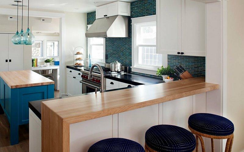 барная стойка-стол на светлой кухне