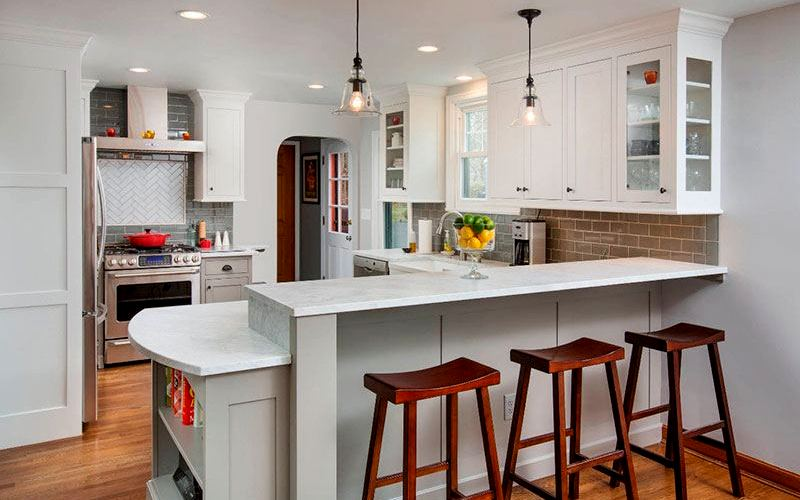 белая барная стойка на кухне