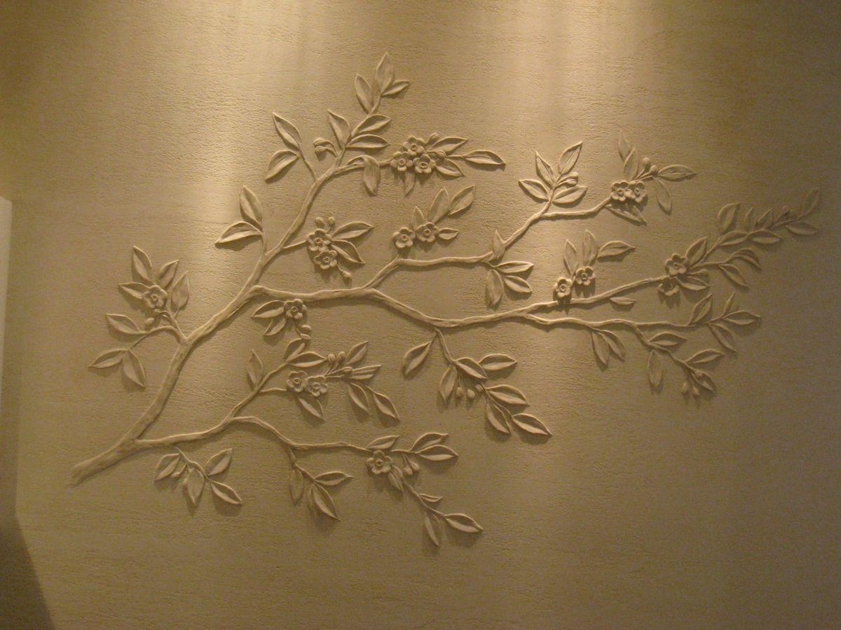 лепной рисунок на стене