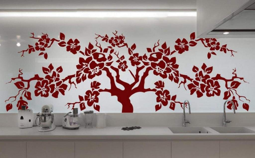 красное дерево на стене