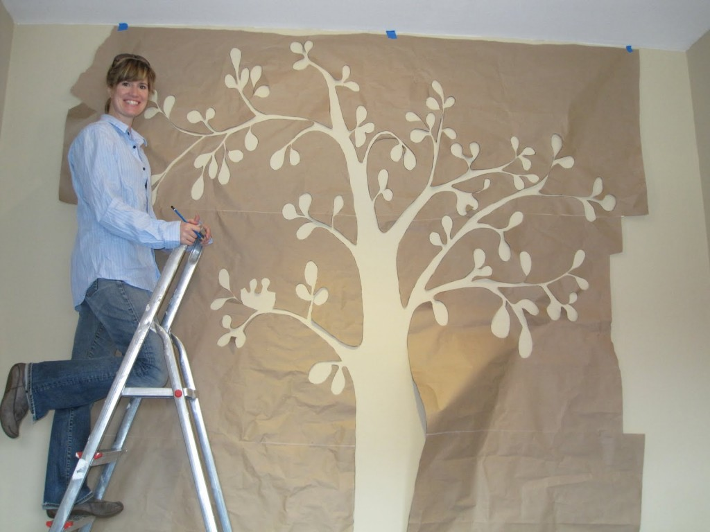 дерево по трафарету на стене