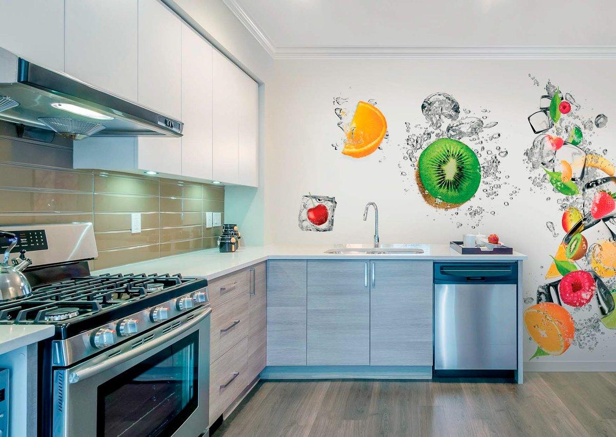 яркие рисунки на стене кухни