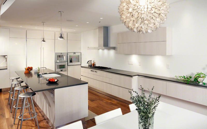 освещение на просторной кухне