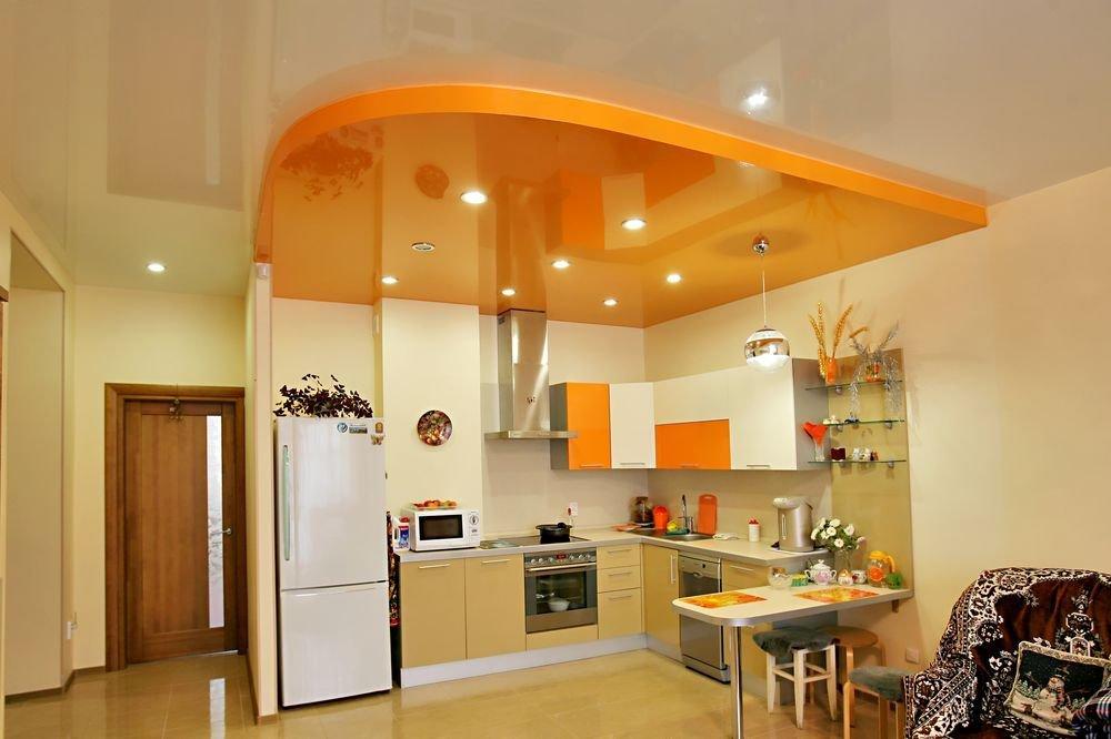 оранжево-белый натяжной потолок