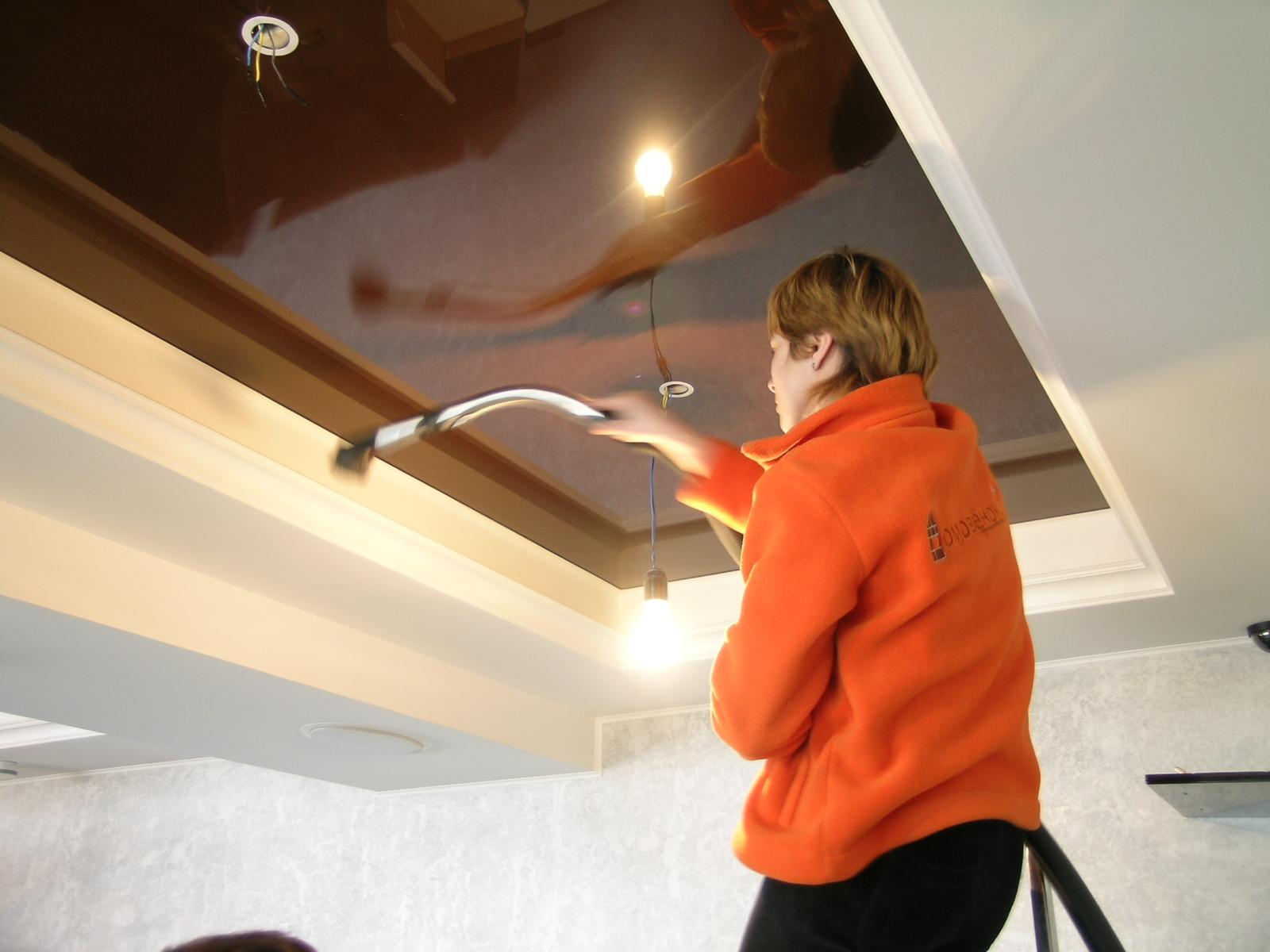 удаление пыли с натяжного потолка