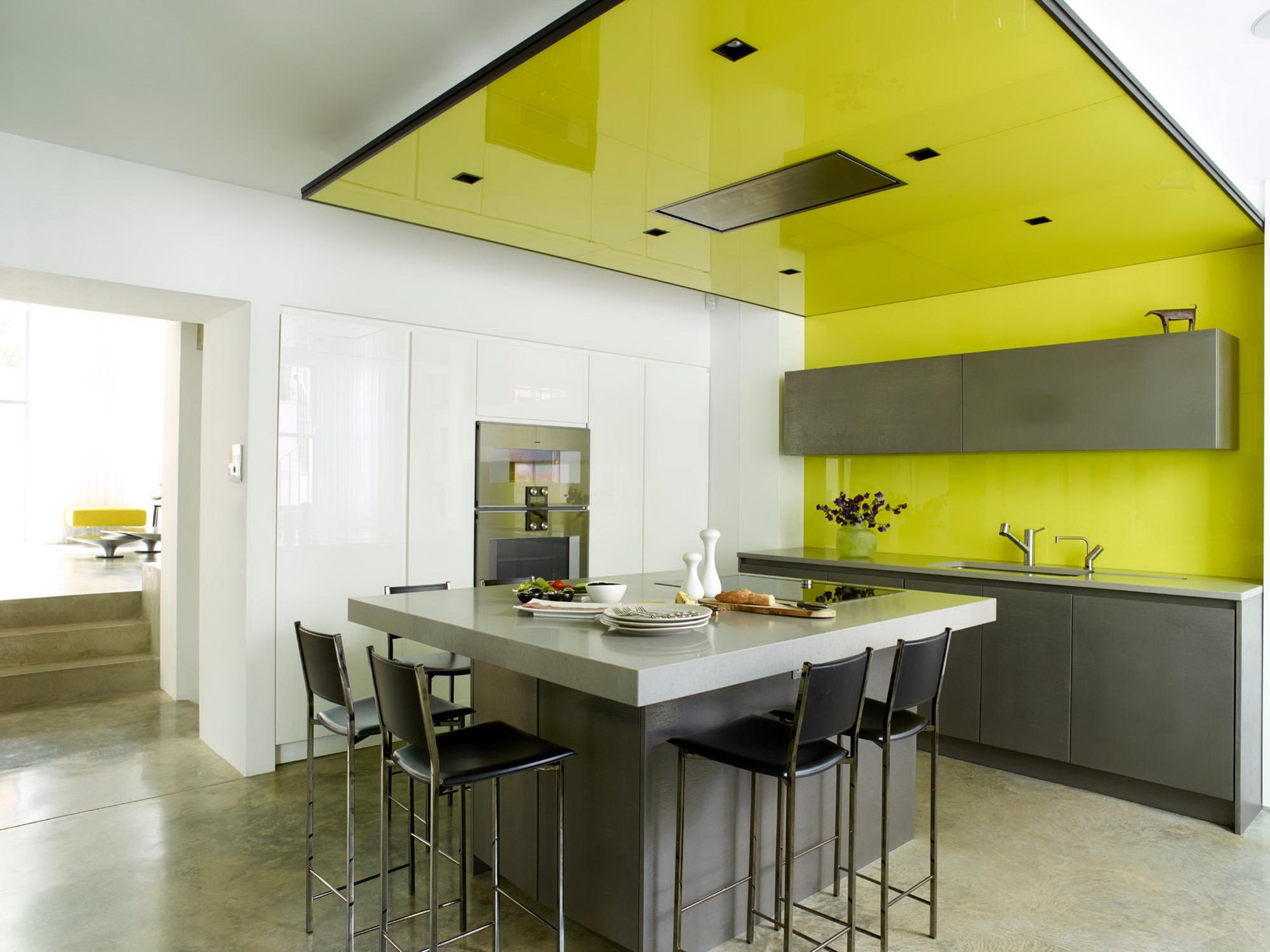желто-белый натяжной потолок