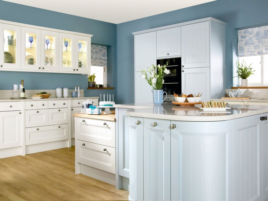 голубые обои на кухне