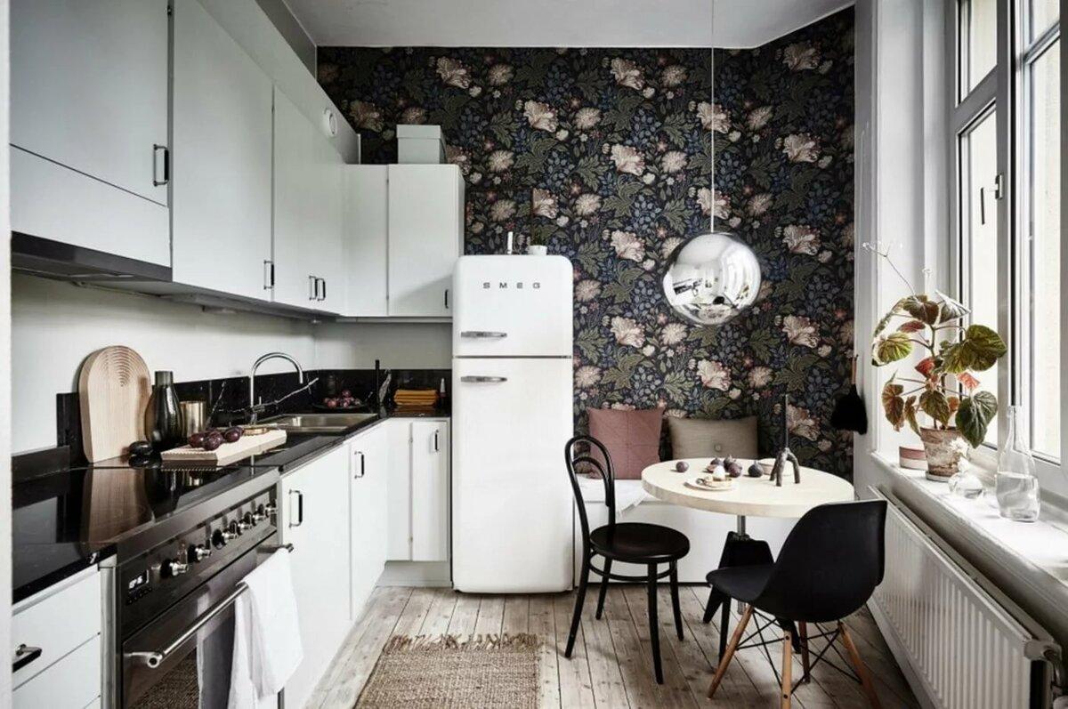 темные обои и белая кухня