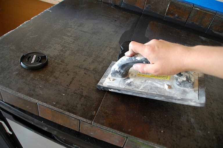 Если есть стыки между плитами, их необходимо обработать специальной затиркой