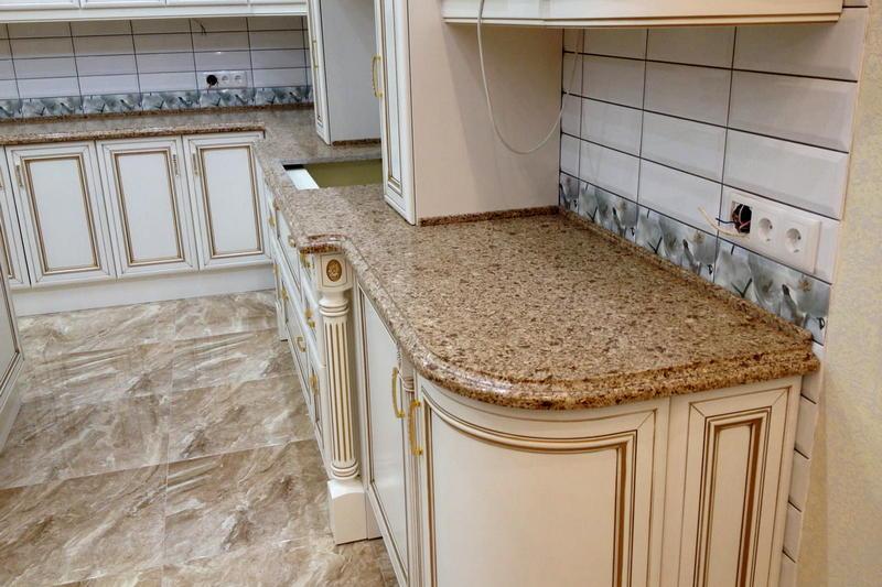 фото бежевой кварцевой столешницы для кухни