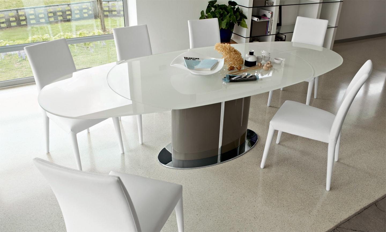 овальный стеклянный стол