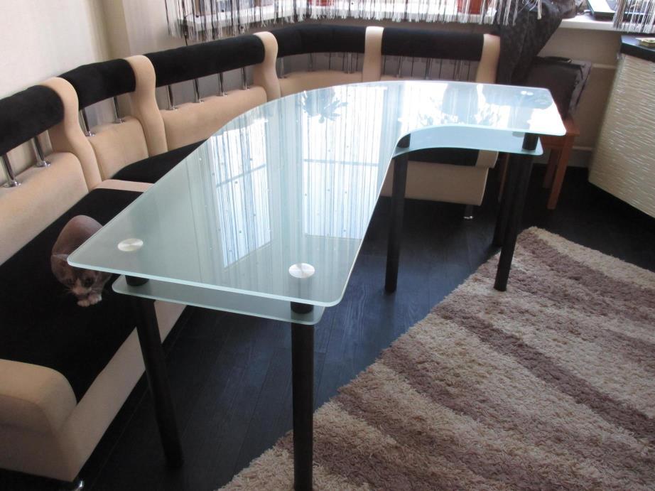 стеклянный стол необычной формы