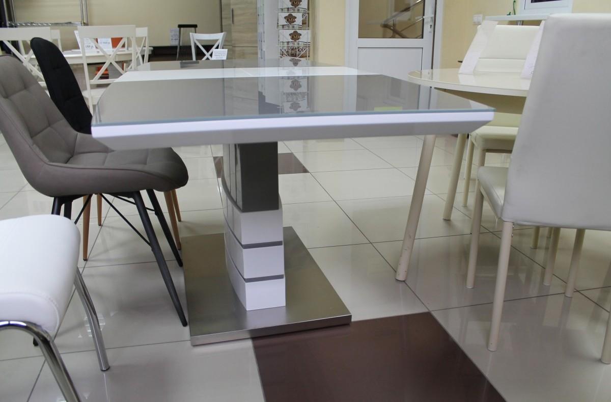 стильный матовый стеклянный стол