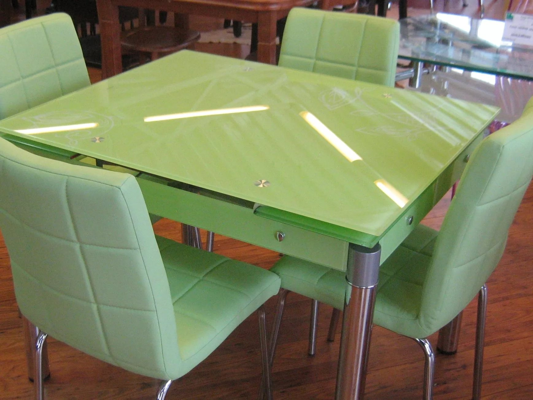 зеленый стол кухня