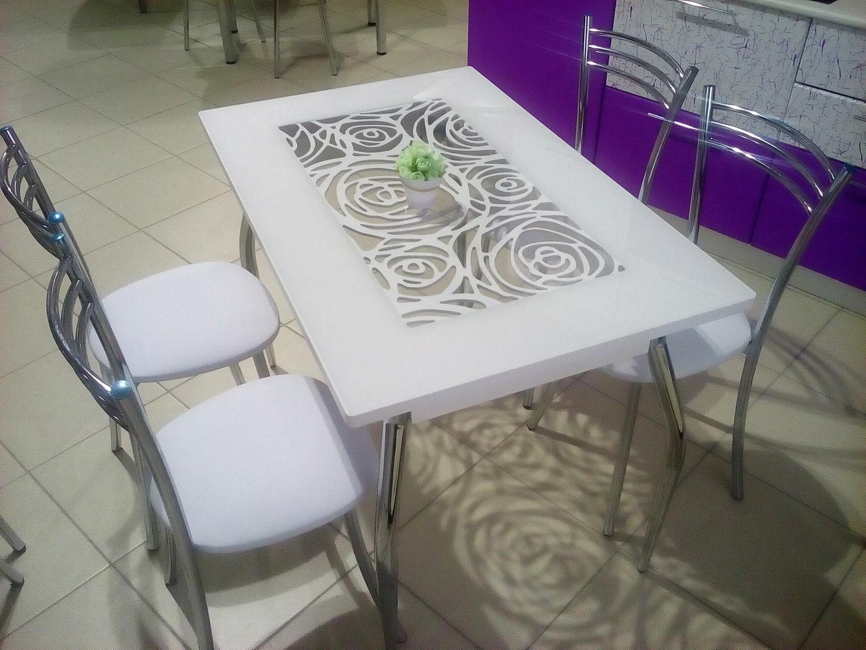 белый стеклянный стол с рисунком