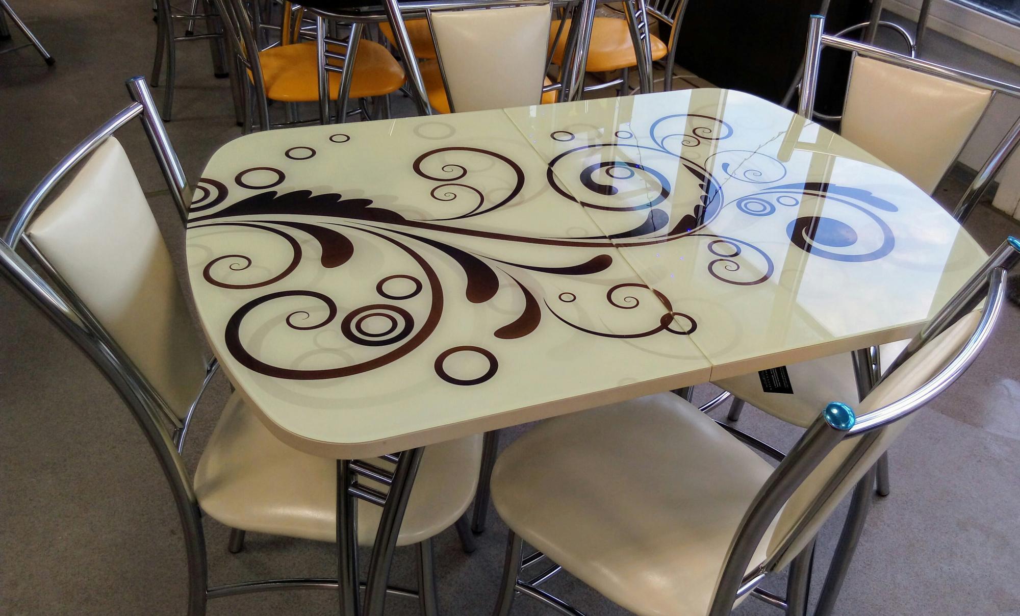 двухцветный стеклянный стол с рисунком