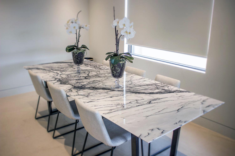 стеклянный стол под мрамор
