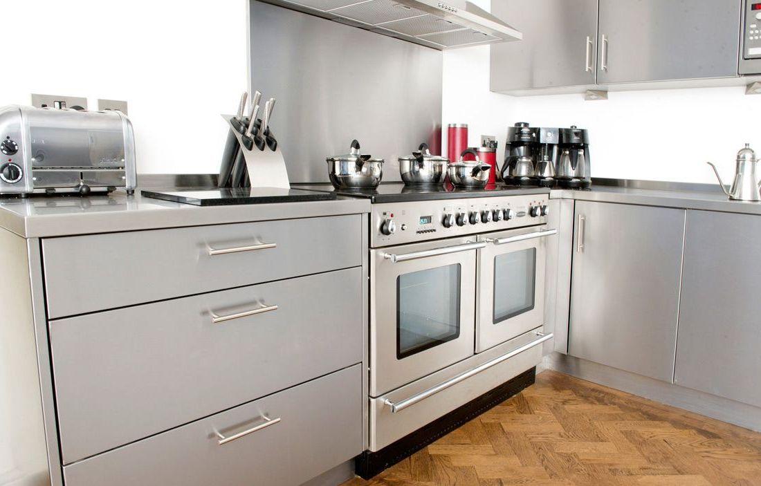 большой кухонный гарнитур металл