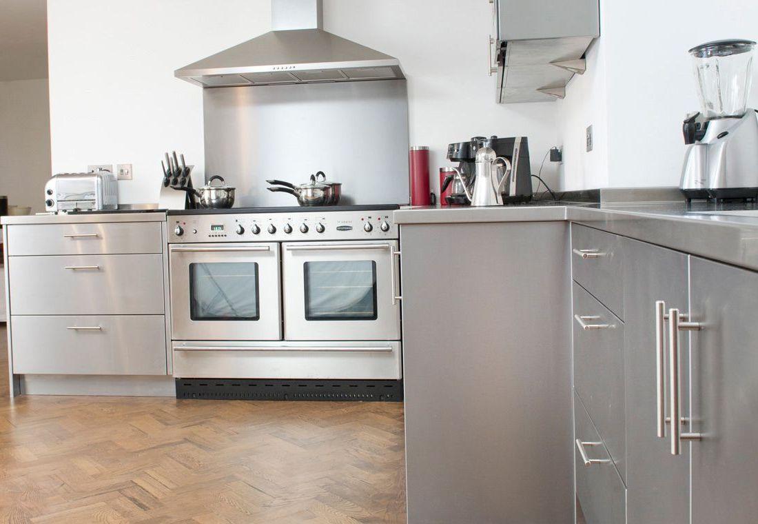 отделка кухни металлом