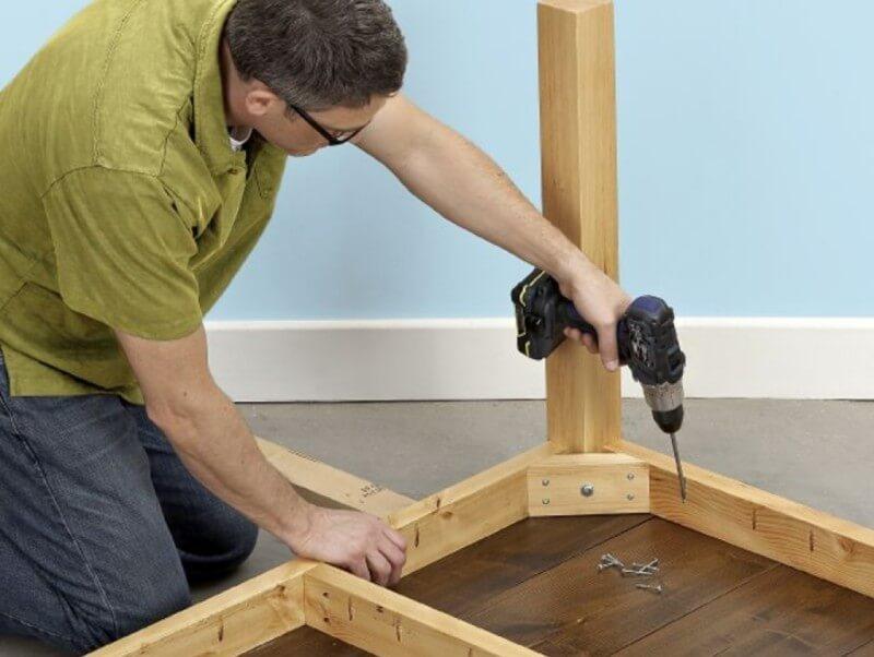 Сборка деревянного стола