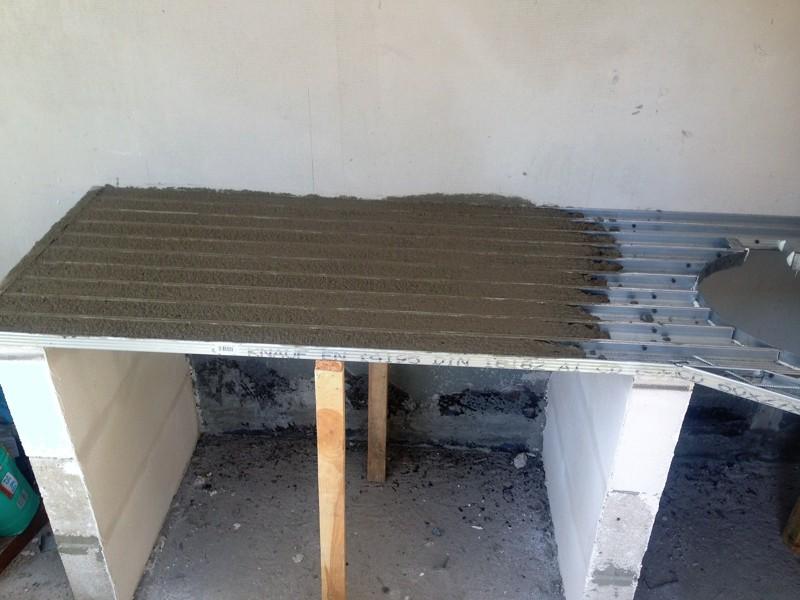 заливка первого слоя бетонной столешницы