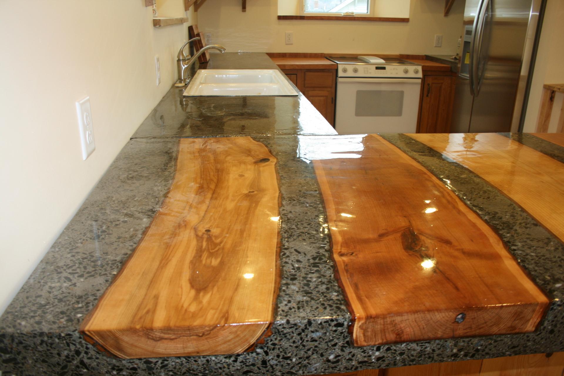 инкрустация бетонной столешницы древесиной