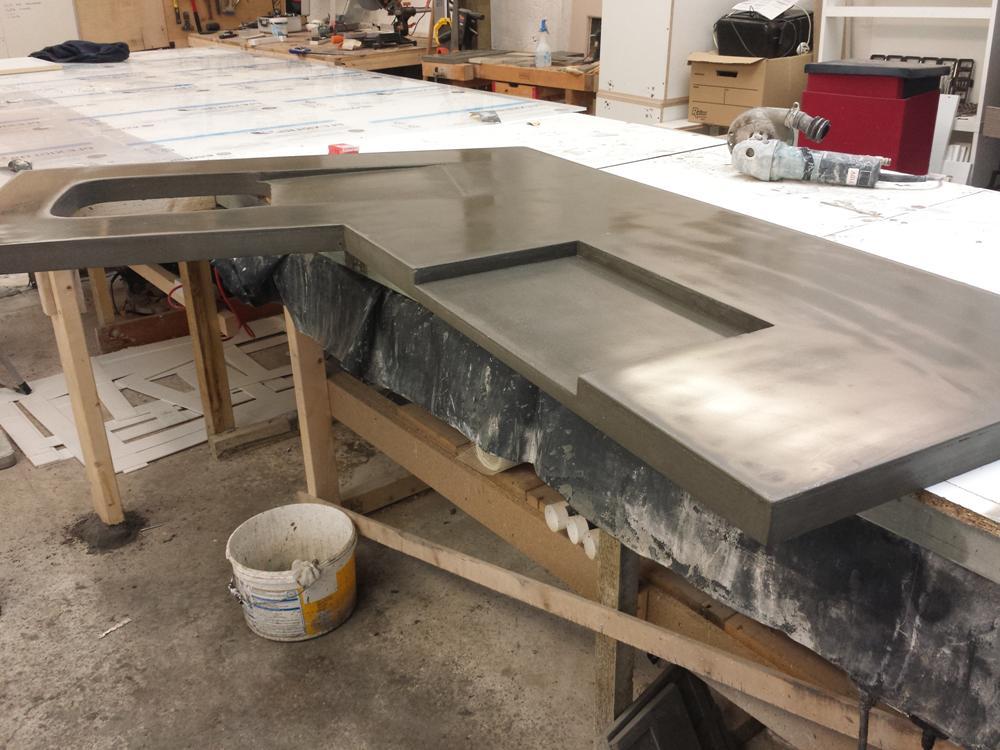 бетонная столешница для кухни после изготовление