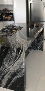 Чёрный волнистый гранит в светлой кухне