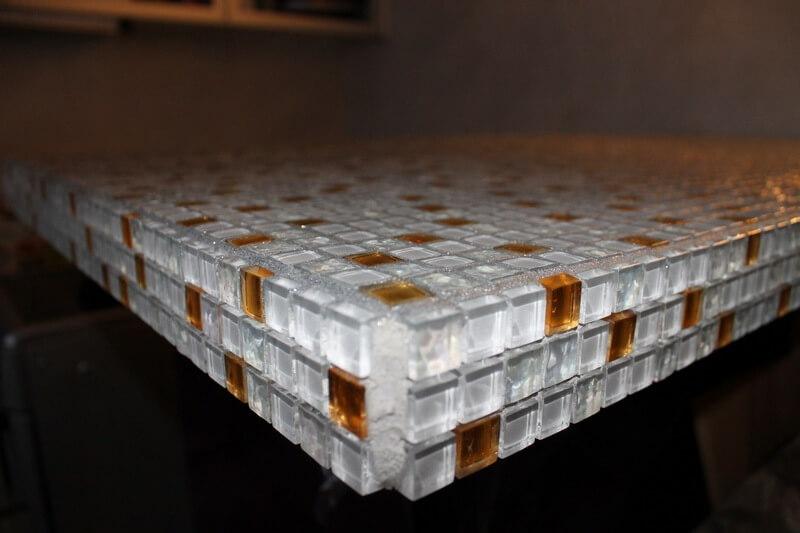 Красивая мозаика на квадратной столешнице