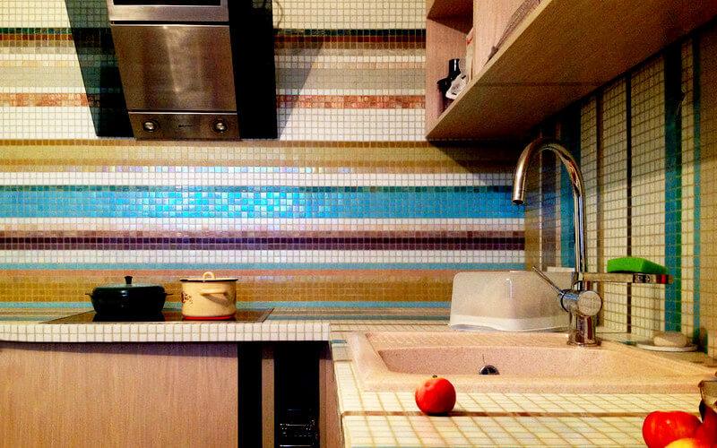 Разноцветная мозаика для столешницы на кухне