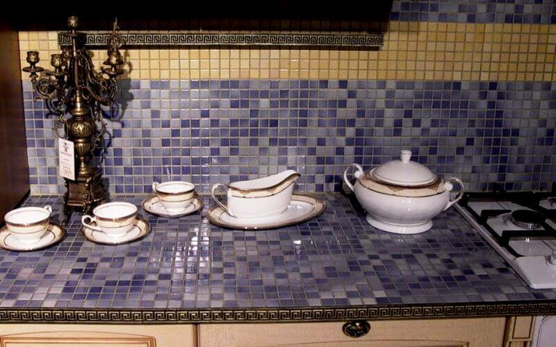 Недорогая мозаика для столешницы на кухне