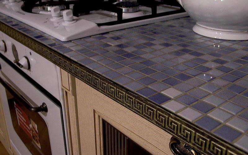Недорогая столешница из мозаики на небольшой кухне