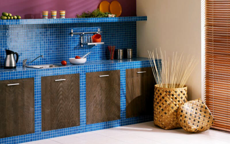 Синяя столешница из мозаики на кухне