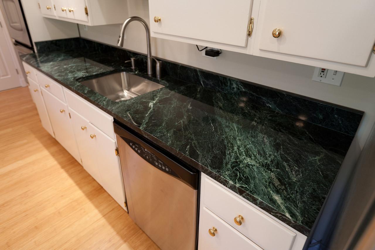 мраморная столешница для кухни зеленая