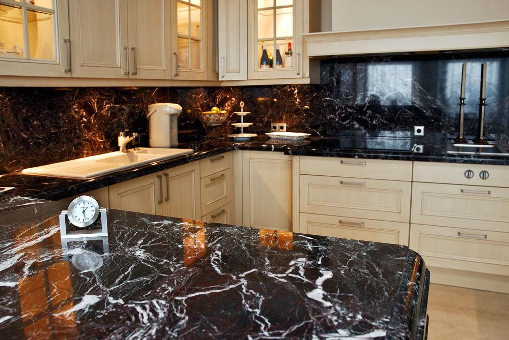 темная кухонная столешница из мрамора