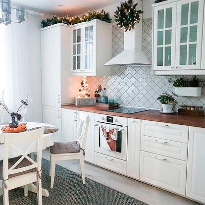 Белая каминная вытяжка на кухню