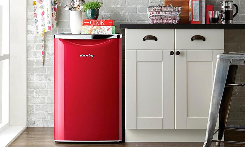Маленький красный холодильник